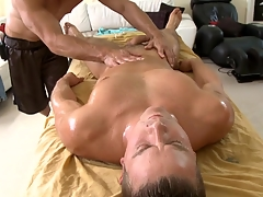 Metrosexual stud gets his cock sucked apart from unconcerned masseur
